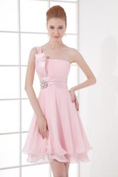Robe de dame d'honneur rose courte avec une bretelle ornée de bijoux