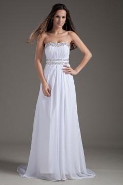 Robe blanche longue décolleté en coeur ornée de bijoux