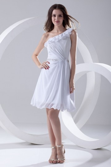 Vestido branco curto decote assimétrico decorado de jóias