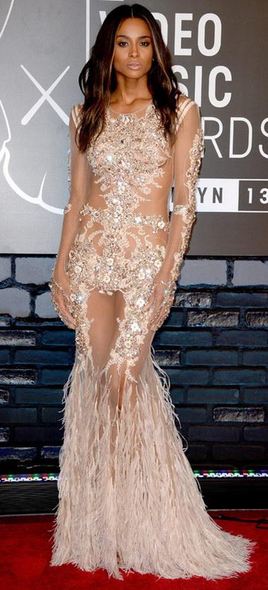 Ciara arbore un look sophistiqué en présentant sa silhouette