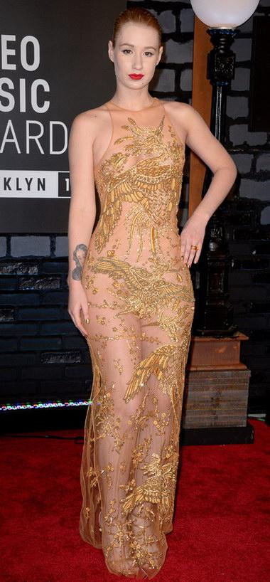 Robe couleur nude avec broderie dorée portée par Iggy Azale