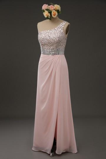 robe de soirée rose asymétrique avec fente à haut orné de strass
