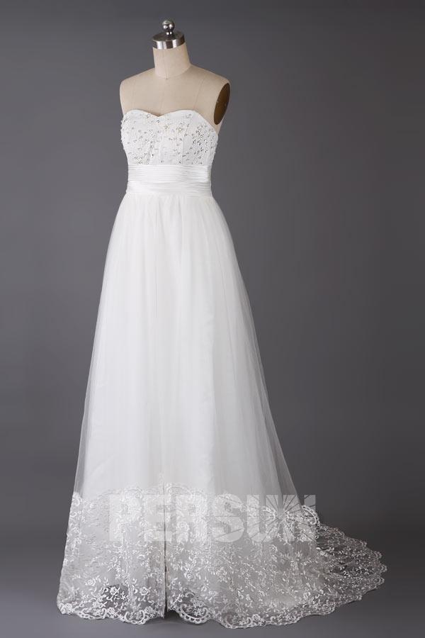 robe de mariée longue empire bustier coeur ornée de perles et jupe ornée de dentelle