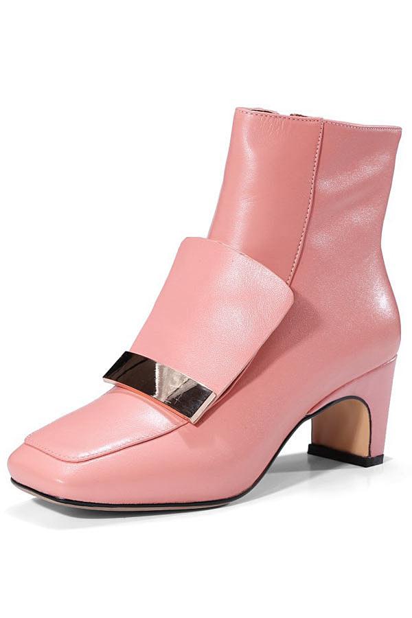 Low boots femme formelle rose à bout carré et talon unique ornés de métal