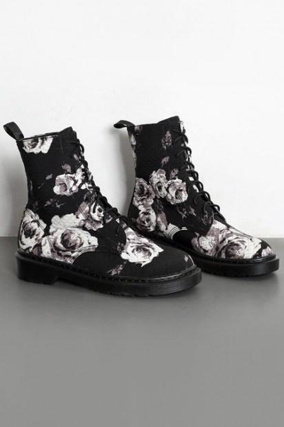 bottes femme noir à motif de fleurs avec lacet