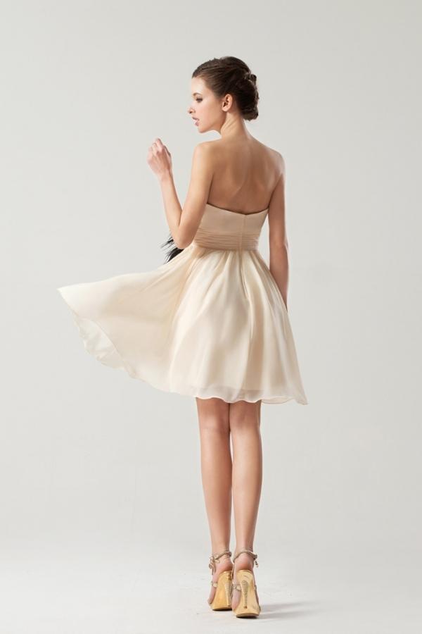 Petite robe bustier simple ornée de fleur pour mariage d'été