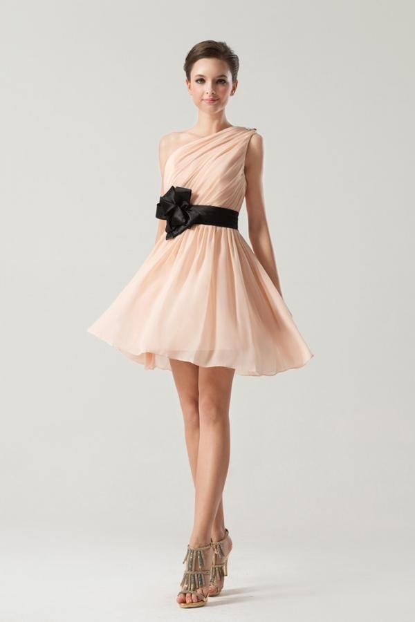 robe demoiselle d'honneur courte nude rose asymétrique avec ceinture noire