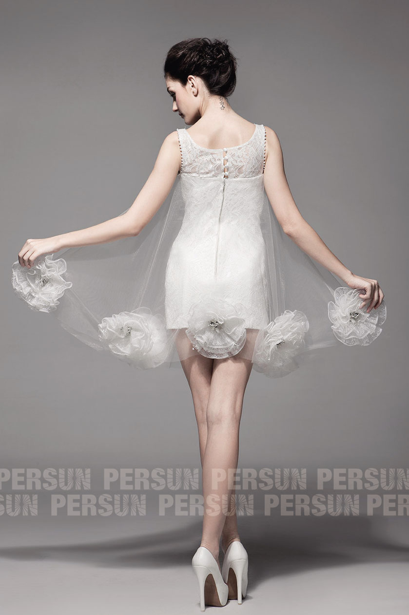 robe soirée courte recouverte en dentelle avec bouton au dos