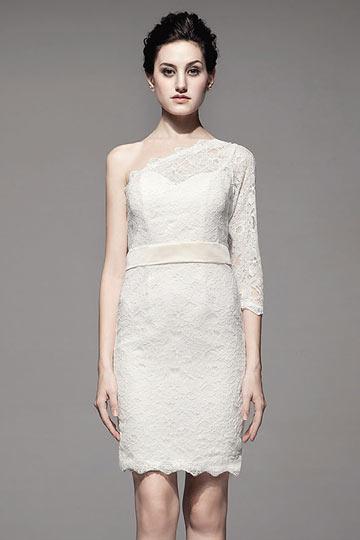 Mini robe en dentelle blanche à une épaule avec boutons