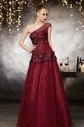 Robe haute couture rouge en tulleà encolure asymétrique