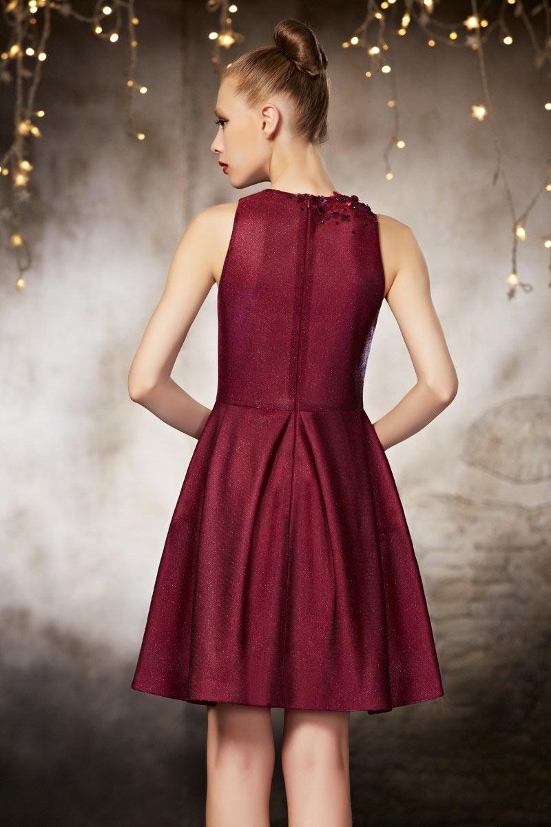 Brillante robe de soirée bordeaux courte ornée des plis et fleurs