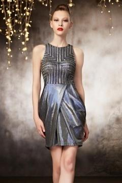 Petite robe fourreau à style futuriste