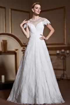 Robe de mariage princesse en dentelle délicate encolure illusion embellie de bijoux