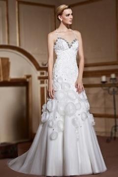 Robe de mariée trompette avec bretelles fines tour de cou jupe bordée de fleurs fait main