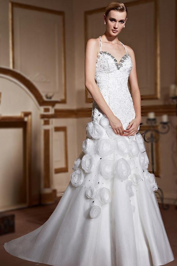 robe de mariée trompette col halter en dentelle embelli de sequins et de fleurs fait-main