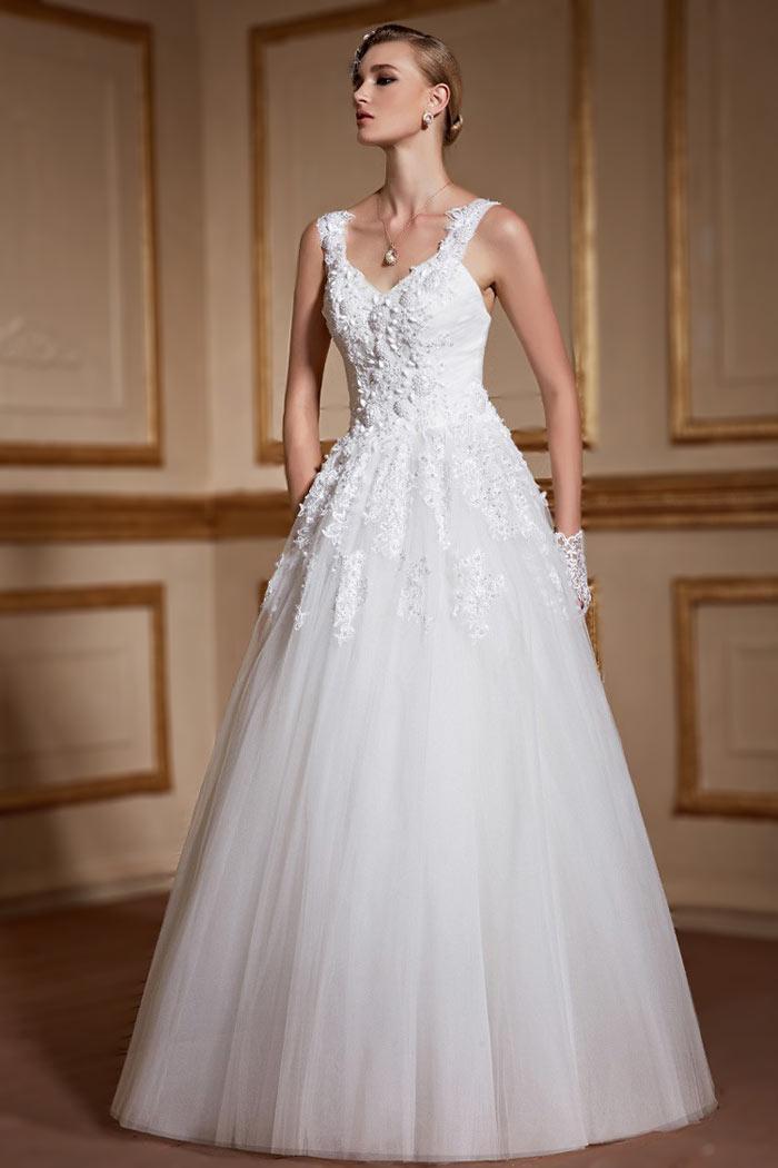 Robe de mariage avec bretelles agrémentée de dentelles perlée
