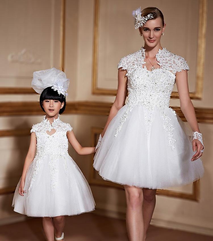 robe de mariée courte et gants courts en dentelle