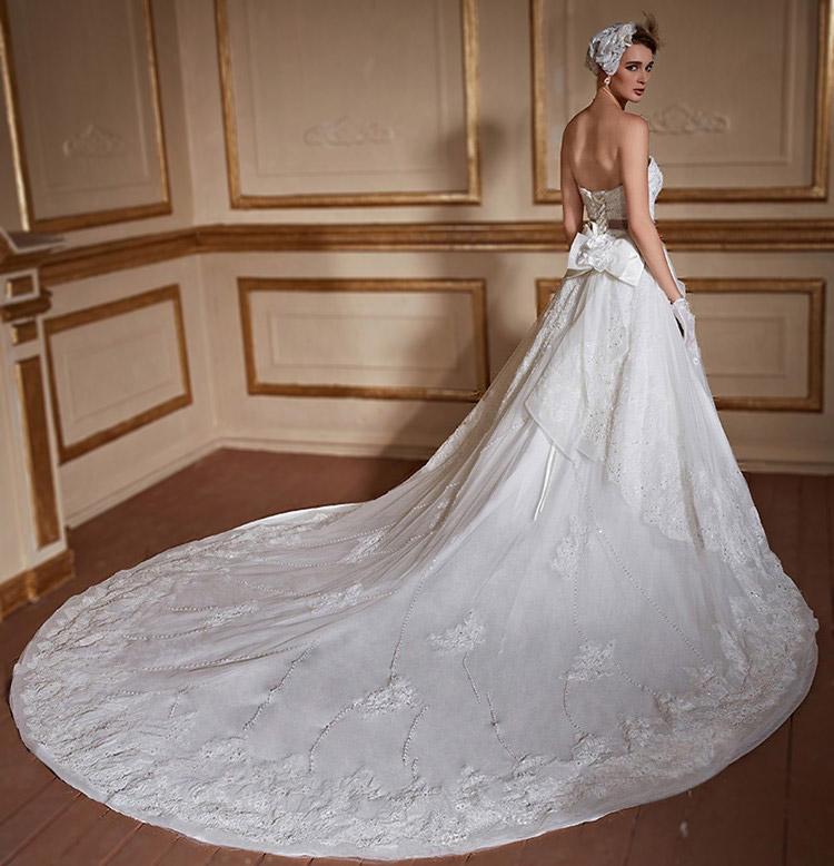 robe de mariée bustier coeur en dentelle avec traîne cathédrale