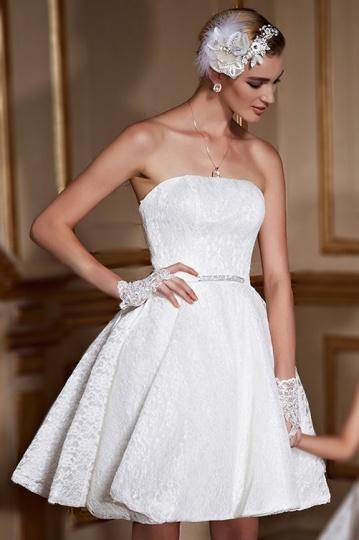Robe de mariée courte bustier en dentelle agrémentée de brillant à taille
