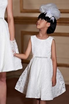 Robe cortège fille en dentelle encolure ronde avec ceinture ornée de bijoux