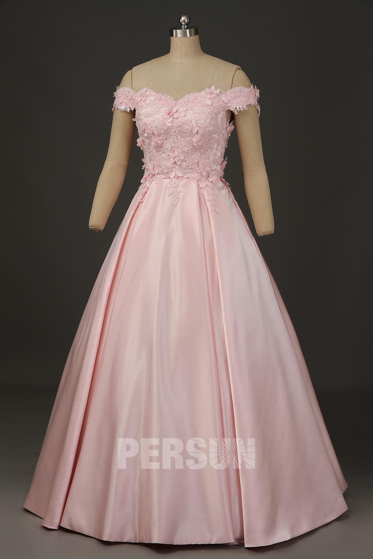 robe de mariée rose princesse en satin épaule dénudé haut fleuri