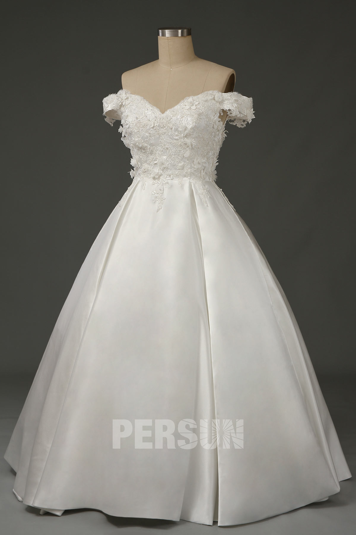 robe de mariée princesse épaule dénudée embelli de fleurs