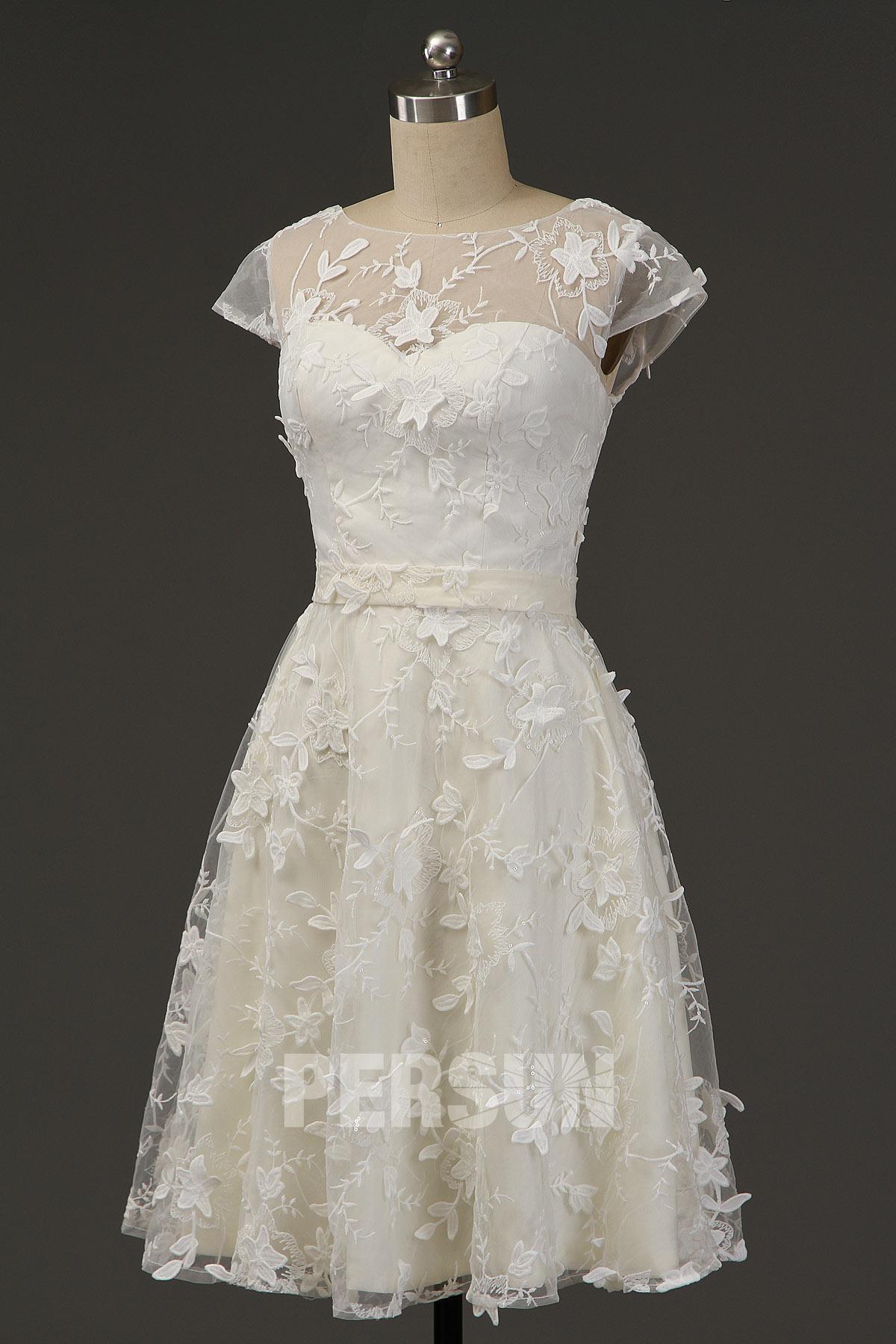 robe invité mariage champagne clair courte col illusion embelli de fleur à manche courte
