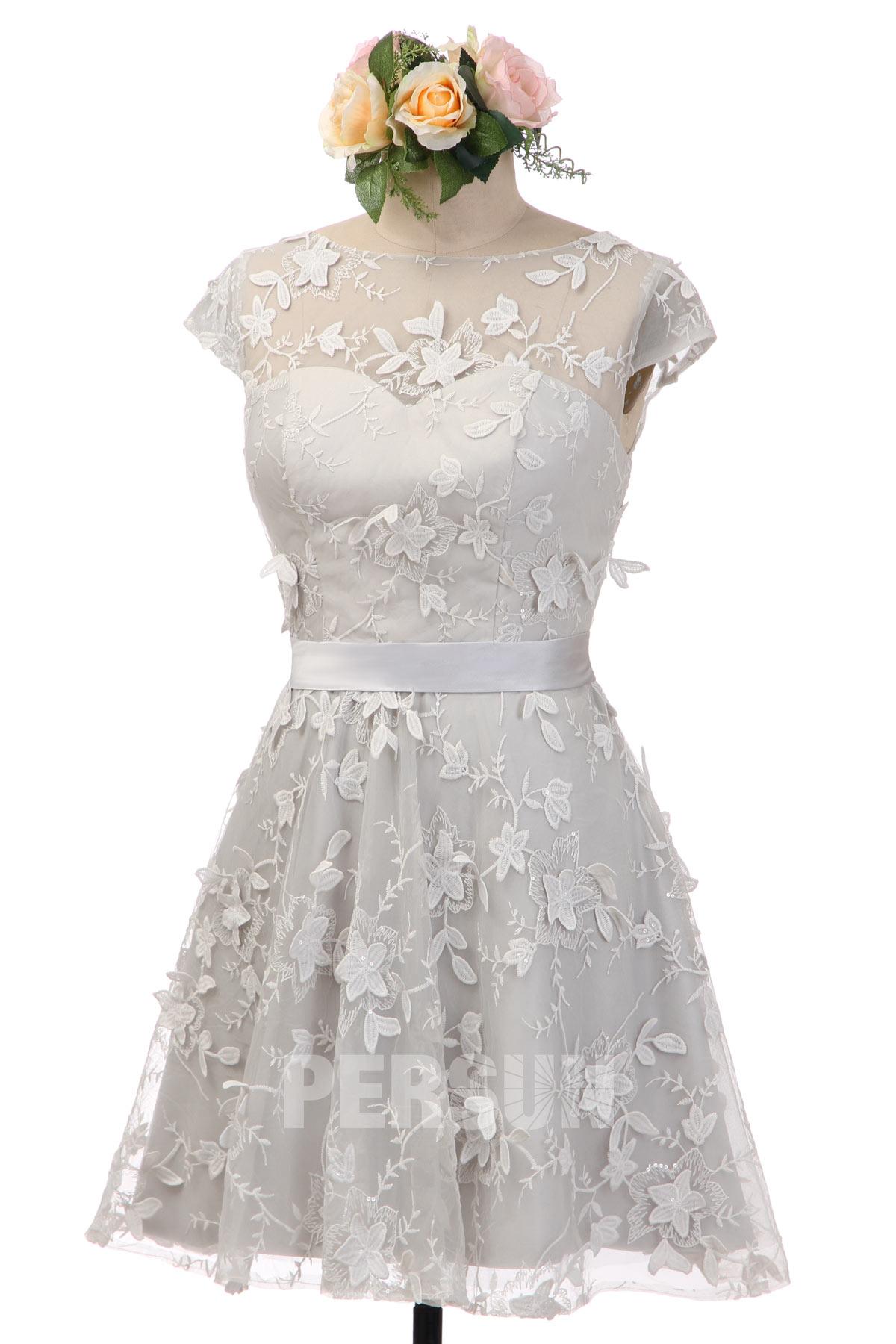 robe de mariée courte grise col illusion mancheron en dentelle appliquée