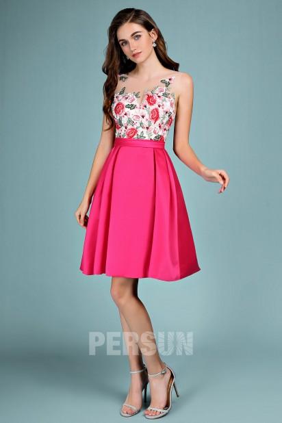 Robe de soirée rose fuchsia courte chic haut embelli de dentelle fleurie