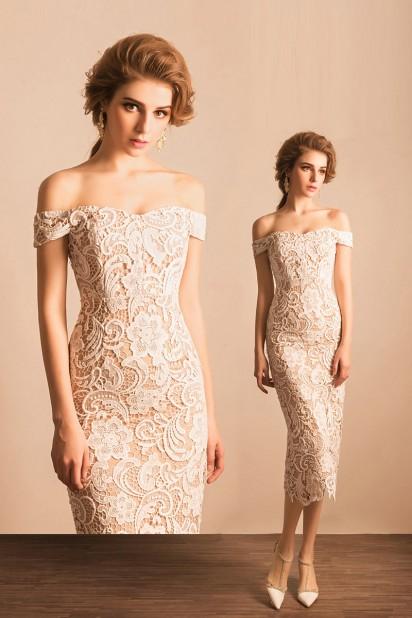 robe de soirée blanche midi fourreau épaule dénudé en dentelle