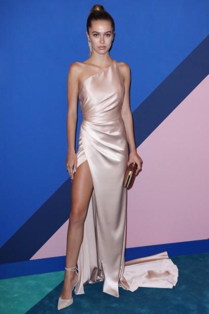 Robe de soirée Delilah Belle Hamlin rose blush asymétrique sexy avec fente latérale
