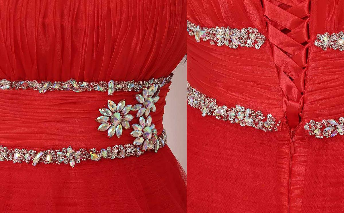 robe rouge orné de bijoux