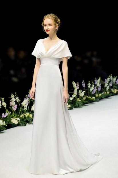 Robe simple satinée pour mariage décolleté v à manches cape