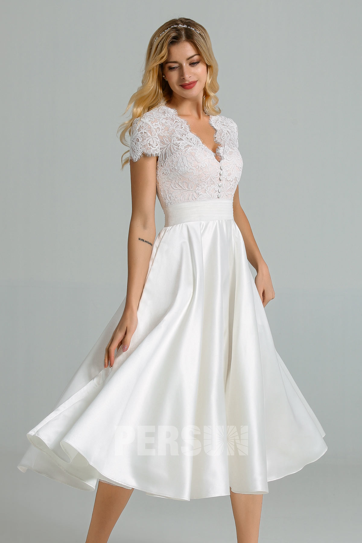 robe de mariée mi-longue haut en dentelle col v avec manche courte