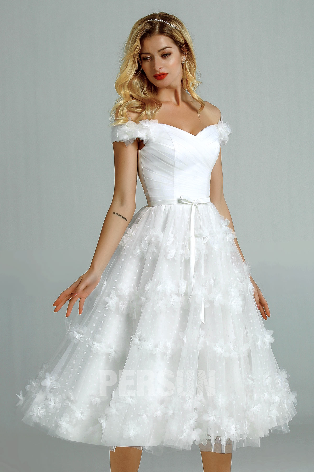 robe de mariée courte épaule dénudée embelli de fleurs et de plumes pour mariage plage