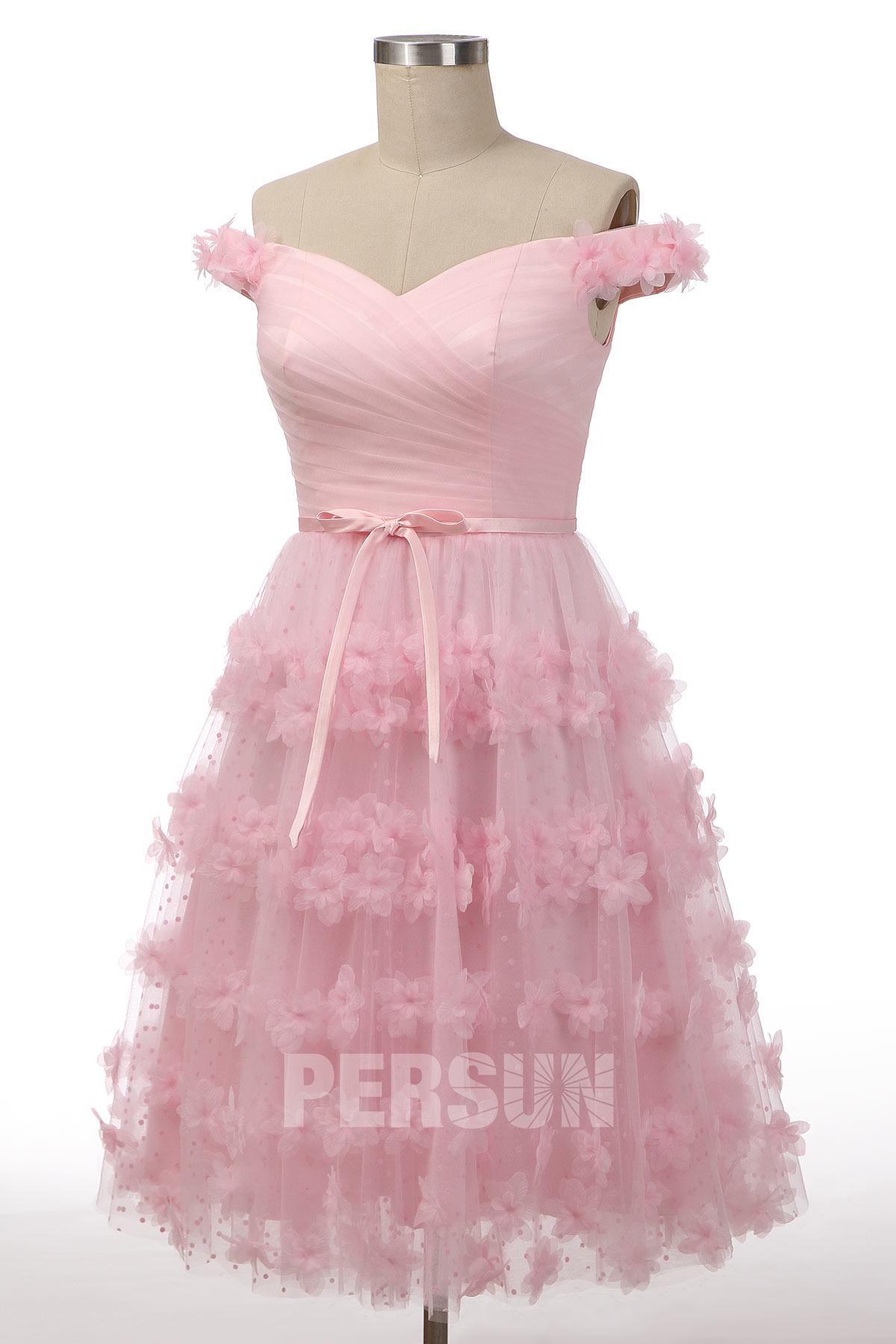 robe de mariée rose mi-longue col bardot embelli de plumes et de fleurs 3D