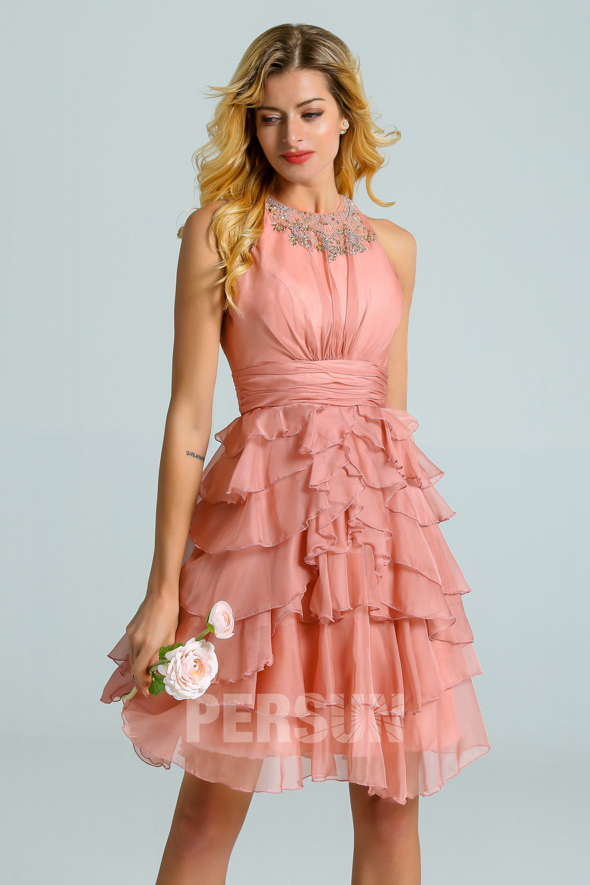 robe cocktail courte rose saumon encolure embellie de strass jupe volants pour témoin de mariage
