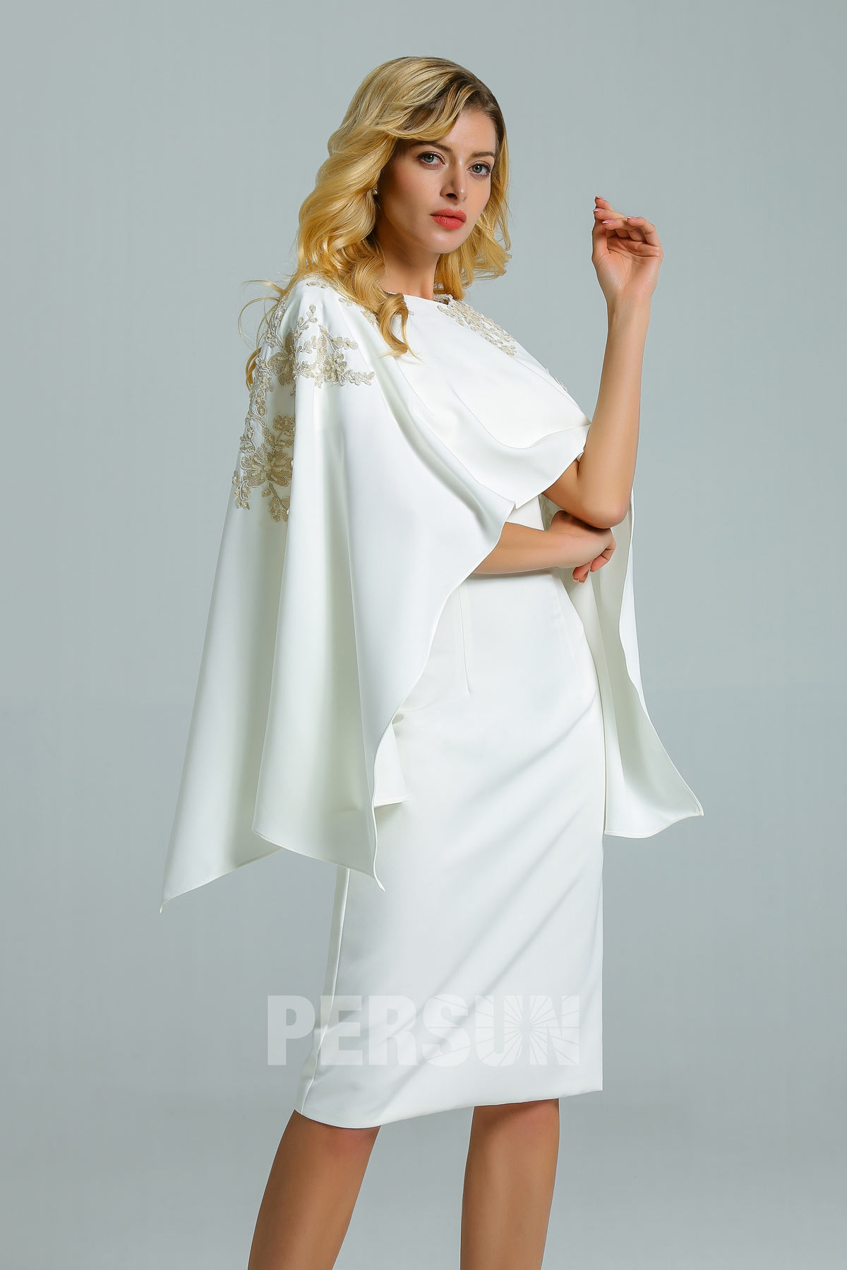robe de cocktail blanche courte moulante à mancheron avec cape appliquée de dentelle