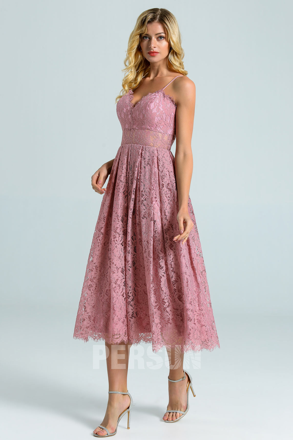 robe de cocktail mi-longue rose parme en dentelle taille illusion à bretelle fine