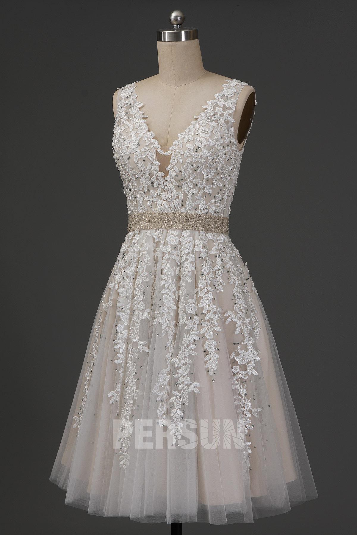 robe de mariée courte col v en dentelle appliquée florale et ceinture champagne parée de perlettes