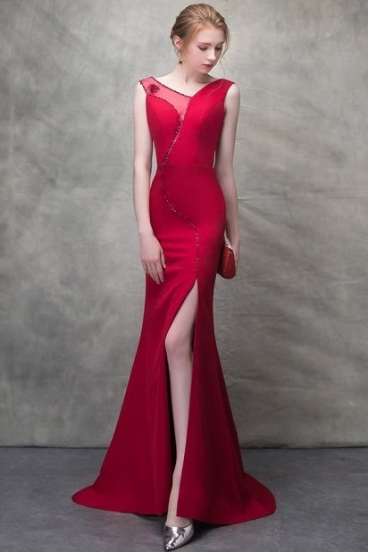 Robe de cérémonie rouge longue fendue à jeu de transparence ornée de bijoux