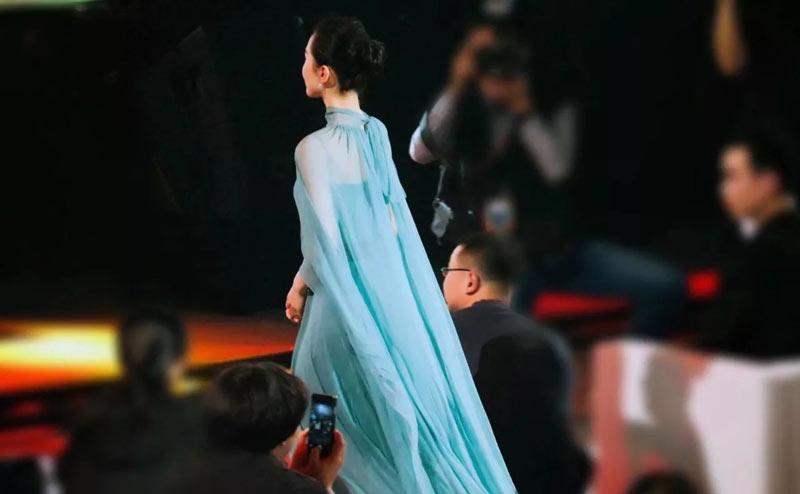 robe de soirée verte longue liu shishi avec ceinture orné de bijoux