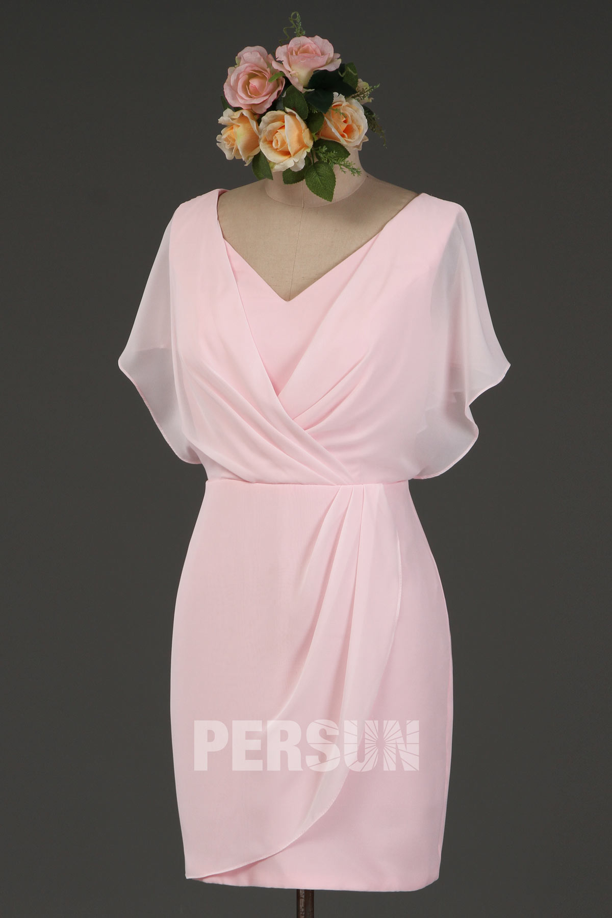 robe de cocktail rose moulante courte à manche cape décolleté v