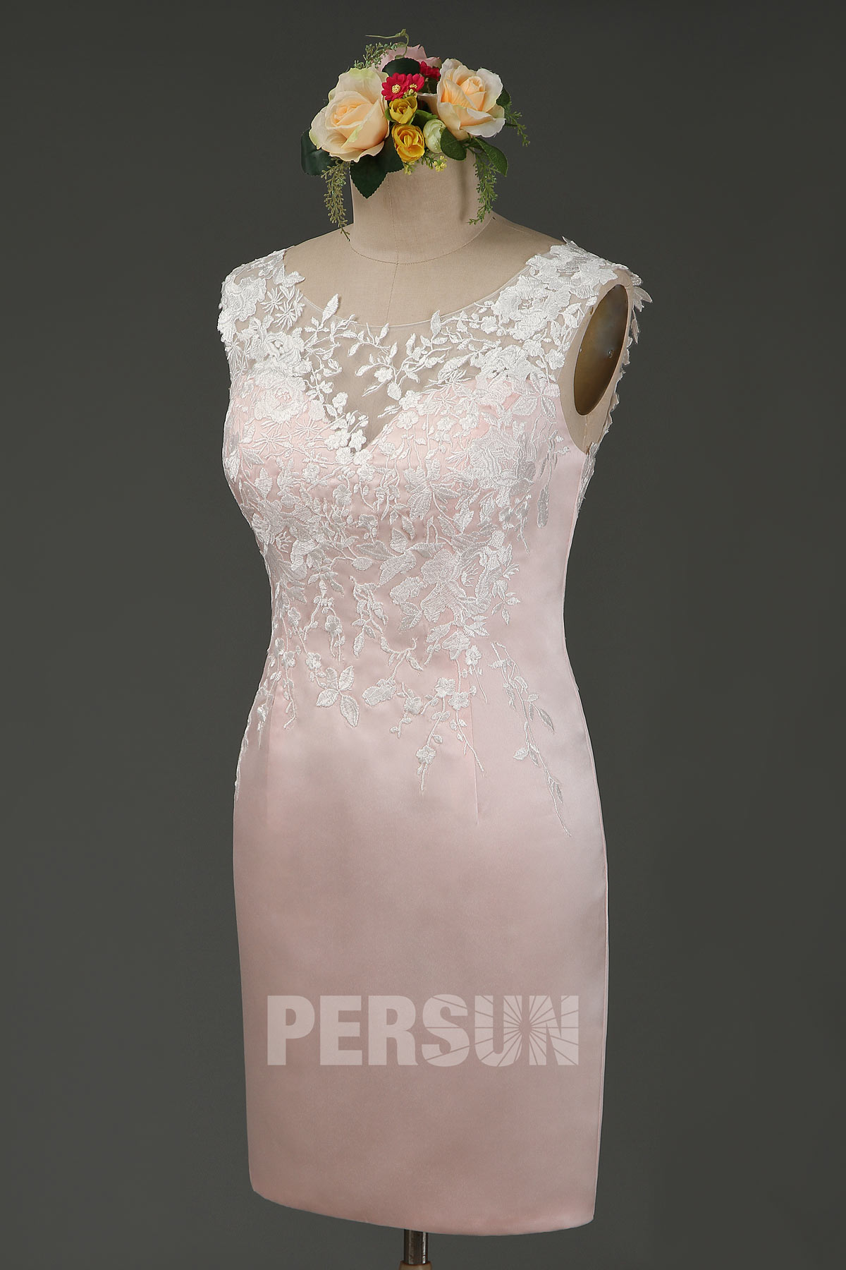 robe de cocktail fourreau courte rose poudré col illusion en dentelle appliquée
