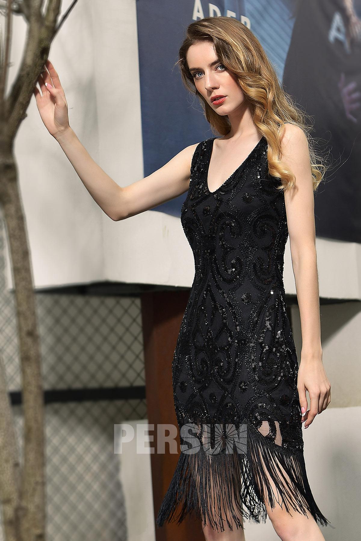 sexy petite robe noire col v ornée de sequins et de franges