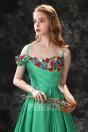 Robe de soirée verte fendue en mousseline satinée encolure brodée de fleurs