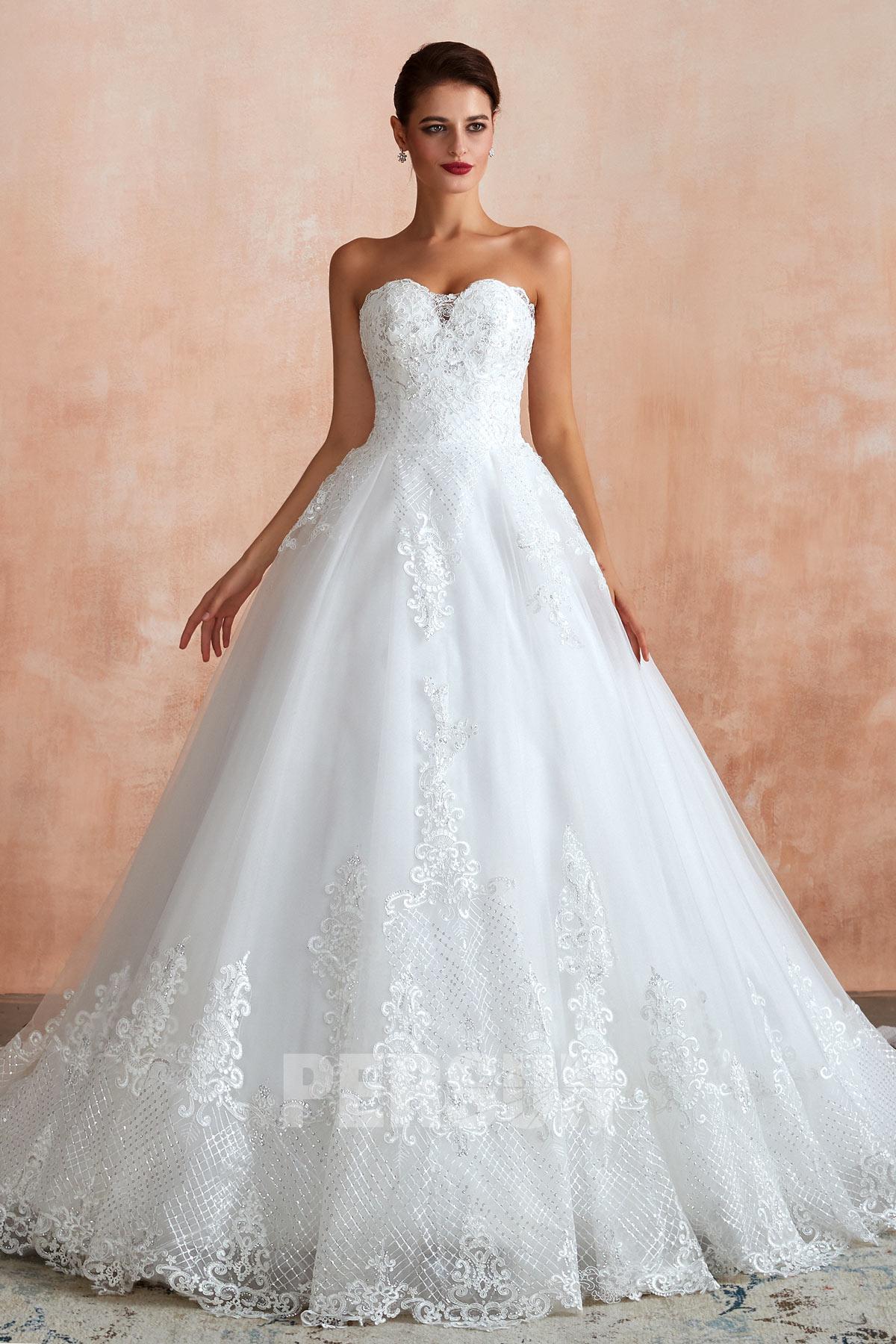 robe de mariée princesse vintage bustier coeur en dentelle appliquée florale