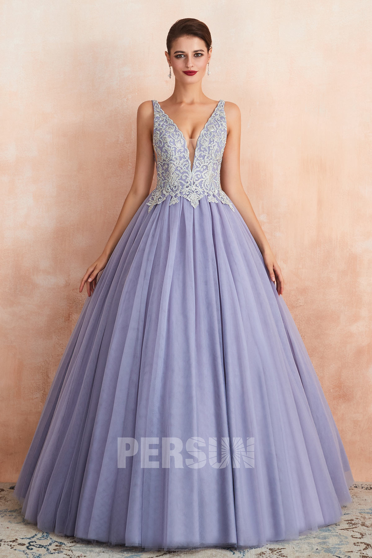 robe de mariée princesse lavande encolure v plongeant appliquée de dentelle et de strass