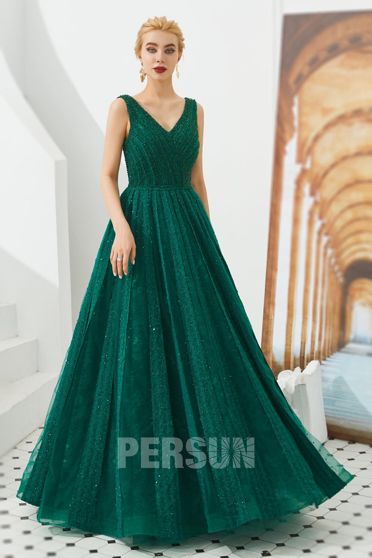robe de soirée longue vert col v embelli de bijoux en dentelle