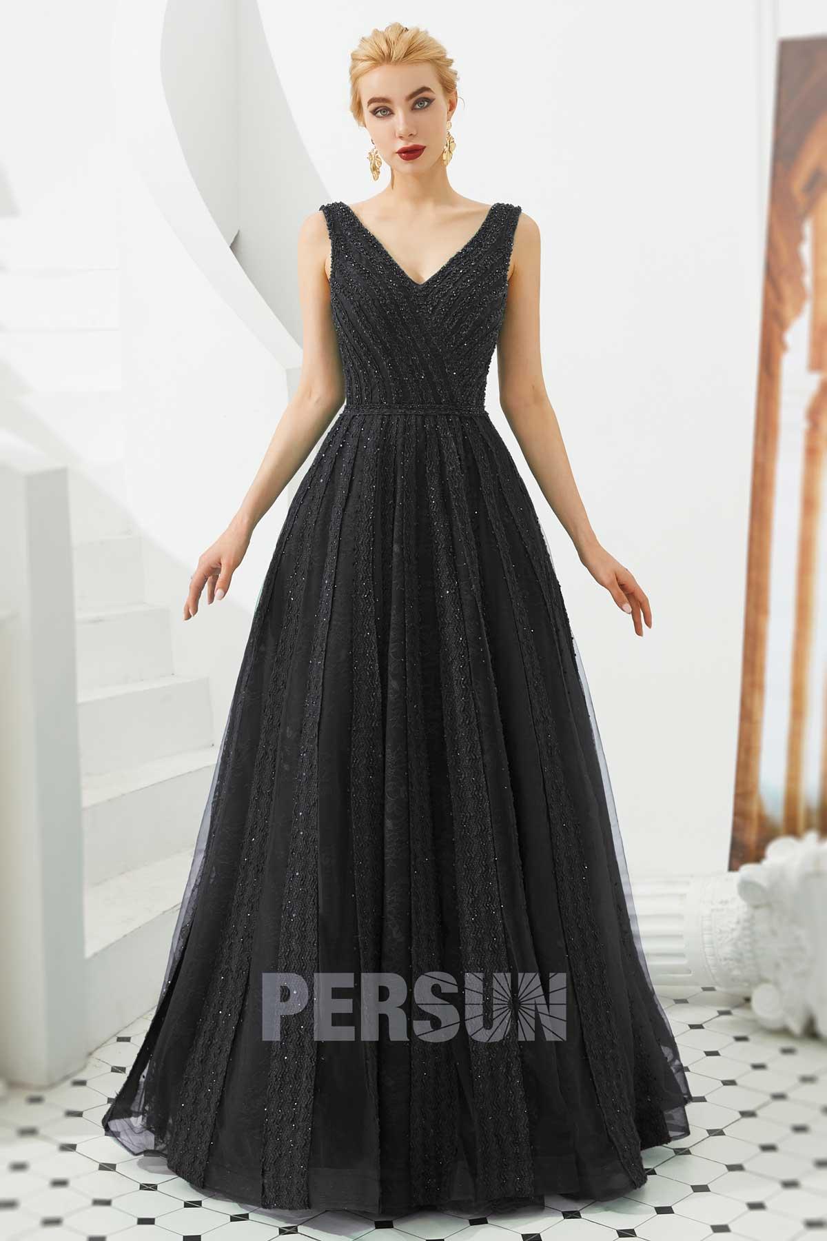robe de bal longue noire encolure v en dentelle embelli de bijoux